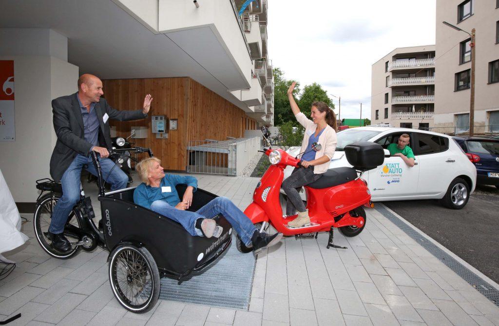 In einem Gebäude der Baugenossenschaft Wogeno im Münchner Domagkpark integriert können Bewohnerinnen und Bewohner des Quartiers E-Carsharingfahrzeuge, E-Scooter, Pedelecs und E-lastenräder ausleihen. Der Stellplatzschlüssel liegt bei 0,5. Es können dadurch mehr und günstigere Wohnungen angeboten werden. Dennoch sind in der Tiefgarage Stellplätze frei, die Besucher über den Parksharingdienst ParkU spontan nutzen können. An der Oberfläche sorgt das Parkraummanagement dafür, dass niemand länger als zwei Stunden parken kann. Der Strom wird lokal solar auf dem Dach produziert und über einen Zwischenspeicher zum Laden der Fahrzeuge bereit gestellt.