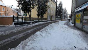 Lange nach dem großen Schnee: Radweg Elisabethstraße im Schnee versunken.