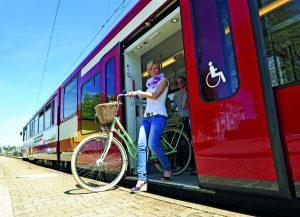 Die Salzburger Lokalbahn ist der Maßstab für alle anderen Bus- und Bahnlinien Salzburgs: Halbstunden-Takt von 5.00 bis 24.00 Uhr. Viertel-Stundentakt zu den Hauptverkehrszeiten. Mitternachtszüge an Wochenenden bis 2.00 Uhr früh. Radmitnahme bei jedem Zug möglich - und - freundliches und kompetentes Zugpersonal ist das Maß aller Dinge. Zufriedene Fahrgäste, auch aus Bayern kommend - und - steigende Fahrgastzahlen.  Foto: Salzburg AG