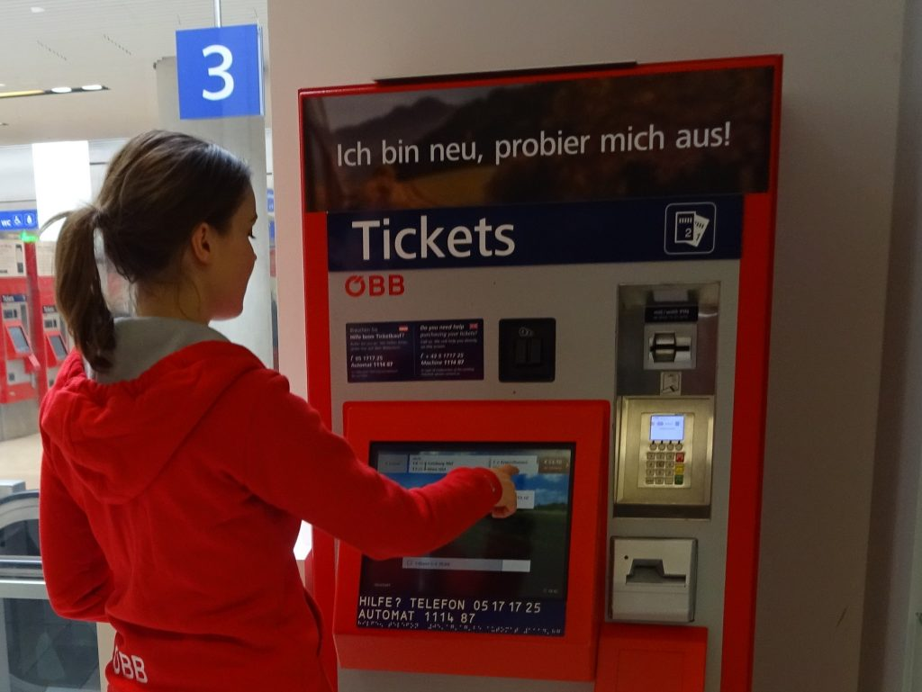Promotorin beim ÖBB Ticketautomat im Reisezentrum Salzburg Foto: ÖBB