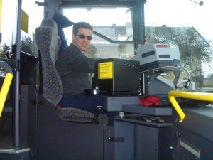 Postbus-Fahrer haben einen harten Job: Fahrscheine kassieren, Fahrgäste rasch und sicher zu befördern – und sind des öfteren gewaltbereiten Kunden ausgesetzt. Foto: Peter Haibach