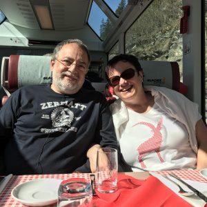 Fotograf Walter Mayerl mit Gattin Constanze studieren im GLACIER EXPRESS die vielen Details der Bahnreise. Foto: Peter Haibach