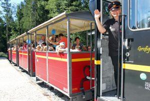 Lokführerin Rosa Rachbauer freut sich, wenn sich das Team der Lokführer/-innen erweitert. Foto: Salzburger Freilichtmuseum