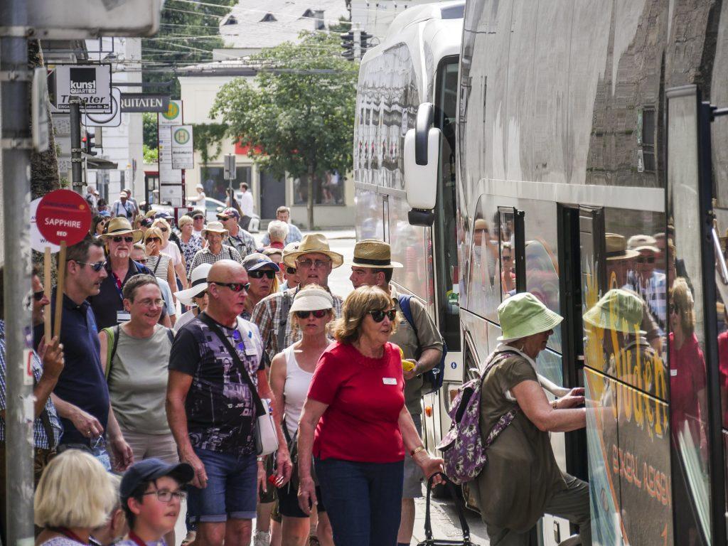 Touristen drängeln sich beim Busterminal in der Paris-Lodron-Straße. Foto: Lukas Uitz