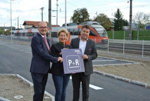 Foto: Regionalleiter Engelbert Haller (ÖBB Immobilienmanagement GmbH), Bürgermeisterin Monika Schwaiger und Landesrat Hans Mayr (v.l.) eröffneten die neue P&R-Anlage in Seekirchen.