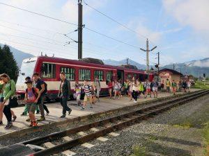 Mit der Pinzgauer Lokalbahn fahren nicht nur Pendler und Touristen sondern Schüler gerne.  Foto: Walter Stramitzer