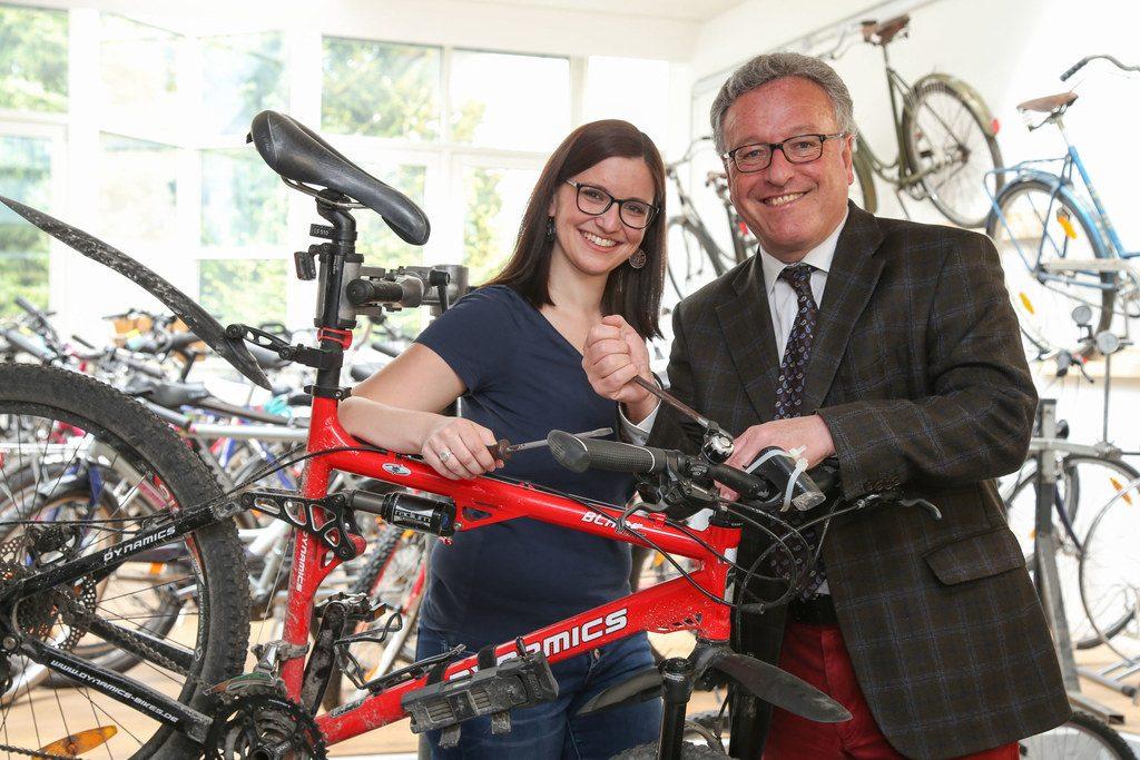In der neuen Fahrradwerkstatt carlavelorep: Petra Meeraus, Projektkoordinatorin; und Landesrat  Heinrich Schellhorn.