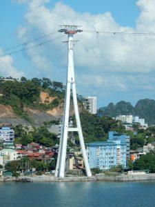 Über 100 Meter hohe Seilbahnstützen wie in Linz geplant gibt es z.B. in Vietnam: Diese Stütze der Ha Long Queen Cable Car ist 123,45m hoch. © Doppelmayr Seilbahnen GmbH