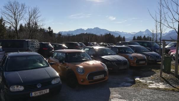 Der mit Pkw zugeparkte Gaisberg-Gipfel