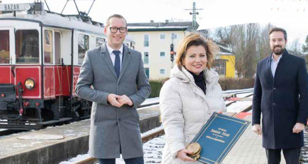 Nostalgie und Zukunft: Die Lokalbahn wird zum 125. Geburtstag erneuert und erweitert. Von links Bgm. Georg Djundja, Gerlinde Hagler (Salzburg AG), LR Stefan Schnöll.